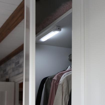 Garderobslampa med ljus-och rörelsesensor