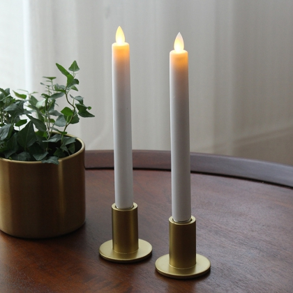 Stearinljus med glimmande låga