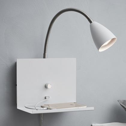 Vägglampa med hylla och USB-uttag